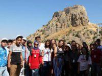 Adana'dan gelen öğrenciler Vali Sonel'i ziyaret etti