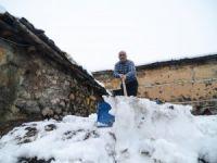 Damlı evlerde yaşayanların karla mücadelesi