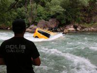 Munzur'a düşen taksi sürücüsü kendi imkanlarıyla kıyıya çıktı
