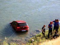 Otomobil çaya uçtu, sürücü kendi çabası ile araçtan çıktı
