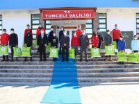 Vali Özkan, sporculara kayak takımı hediye etti