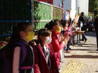 Öğrenciler ellerinde dövizlerle Covid-19'a dikkat çekmek için etkinlik düzenledi