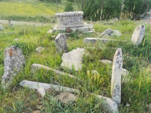 asirlik-mezarlara-defineciler-zarar-verdi-(4).jpg