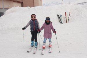 minik-ogrenciler-ilk-defa-kayak-heyecani-yasadi-(17).jpg