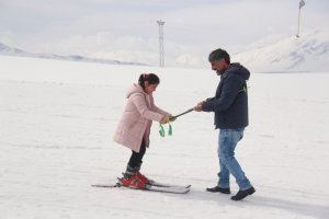 minik-ogrenciler-ilk-defa-kayak-heyecani-yasadi-(5).jpg