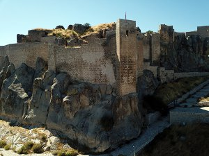 tarihi-pertek-kalesi-turistlerin-ugrak-yeri-olacak-(10).jpg